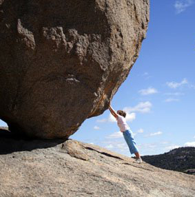 Kille knuffar en stor sten